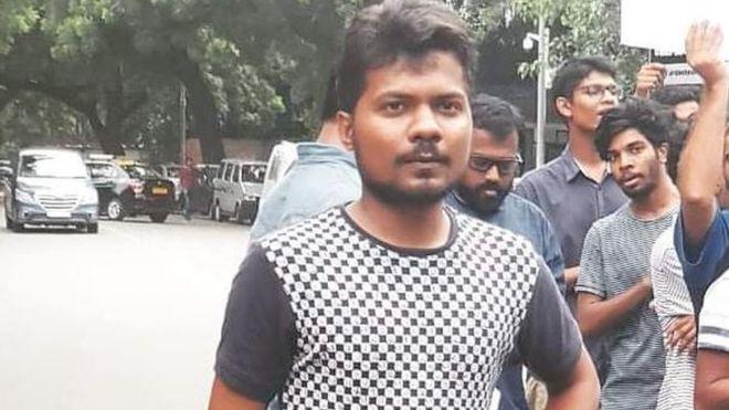 La corte de la India acusa al estado de encarcelar a un reportero por twittear