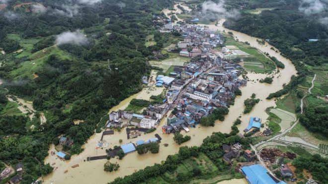 Miles de personas quedaron varadas después de un aguacero sin precedentes
